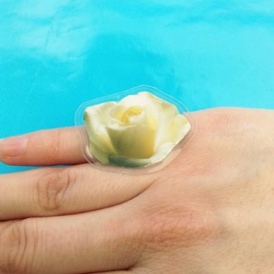 ring flower rose white