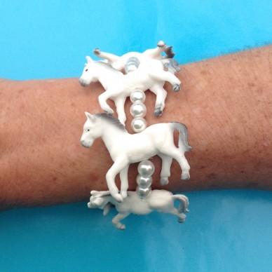 bracelet horse white arm 72