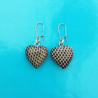 39earring wood heart snake grey 72