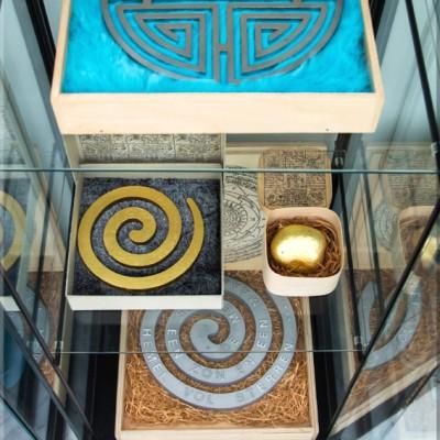 symbolen kistjes vitrine 1 72