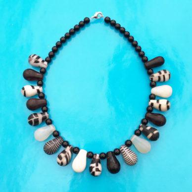 necklace glass drop blackwhite OK 72